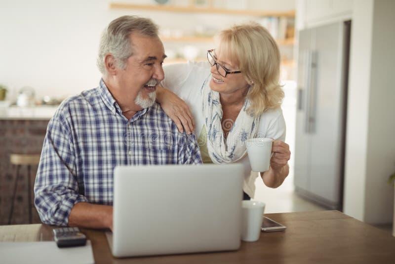 Ältere Paare unter Verwendung des Laptops lizenzfreies stockfoto