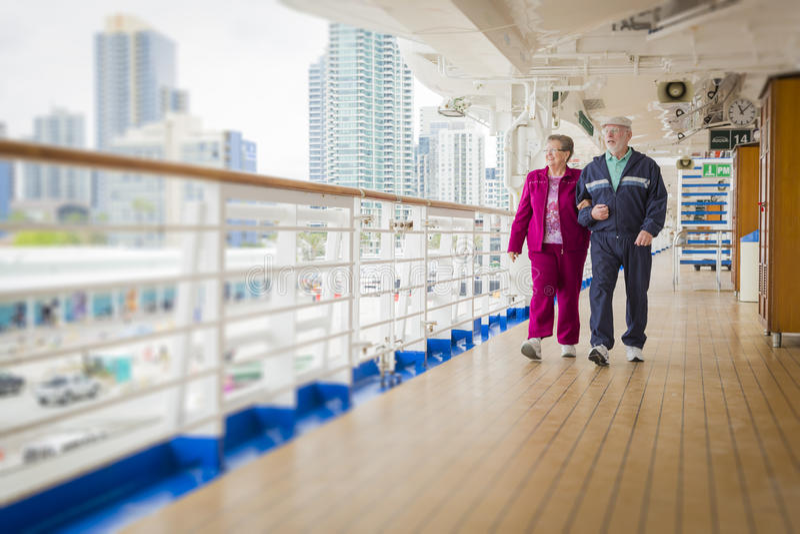 Ältere Paare, welche die Plattform eines Kreuzschiffs genießen lizenzfreie stockfotografie