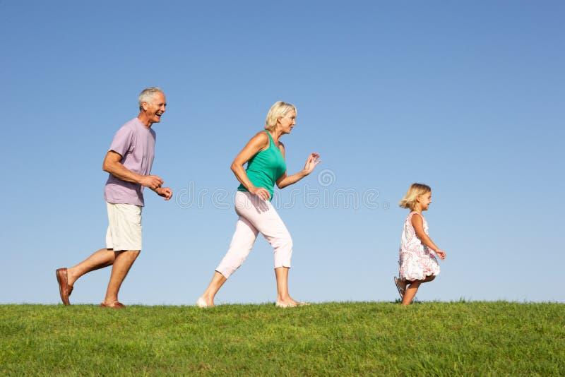 Ältere Paare, wenn die Enkelin, läuft lizenzfreies stockbild