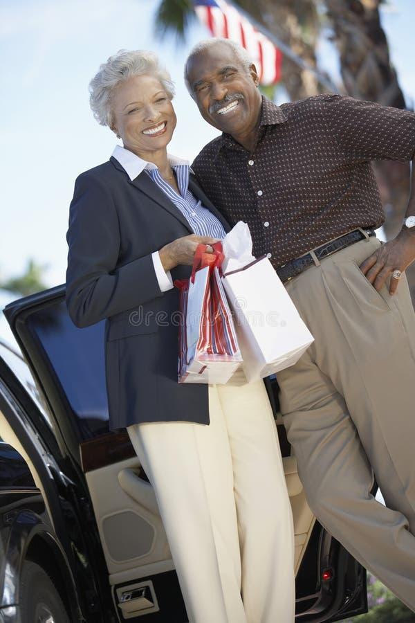 Ältere Paarholding-Einkaufenbeutel stockfotos
