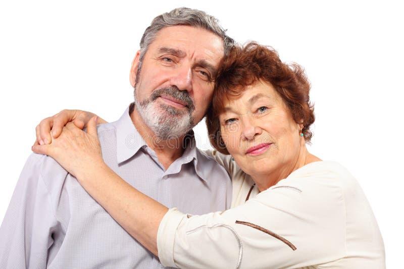 Ältere Paarumarmung lizenzfreie stockbilder