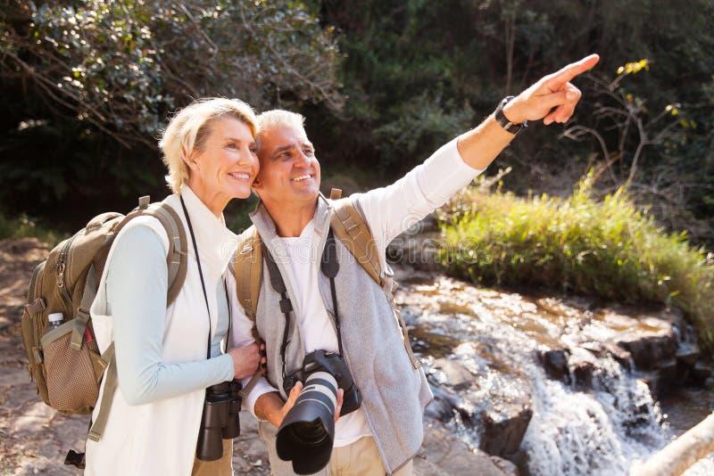Ältere Paarwanderer lizenzfreies stockbild