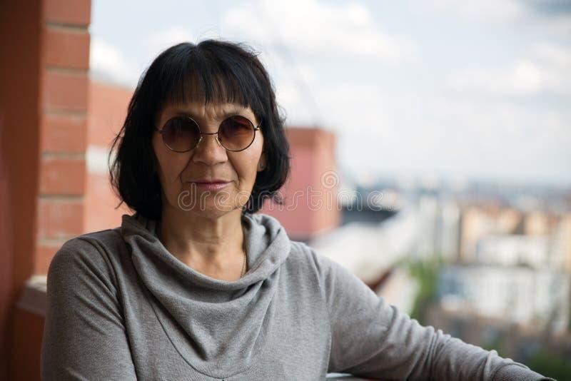 Ältere Pensionärfrau in der Sonnenbrille stockbild