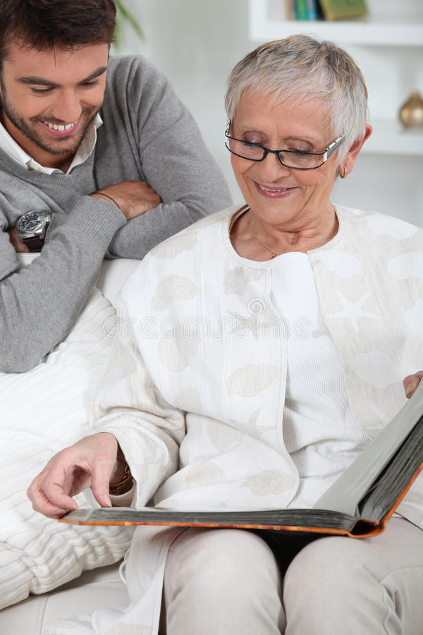 Ältere Person, die Fotos betrachtet lizenzfreie stockfotos