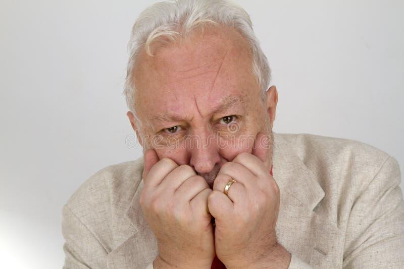 Ältere Person schaut in der Furcht stockbild