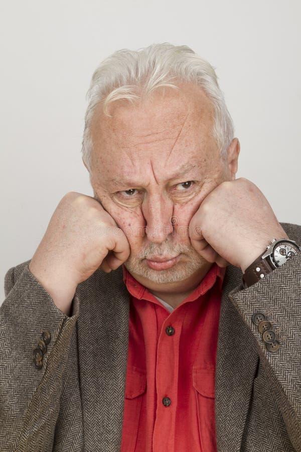 Ältere Person setzt sein Gesicht in seine Hände ein lizenzfreie stockbilder