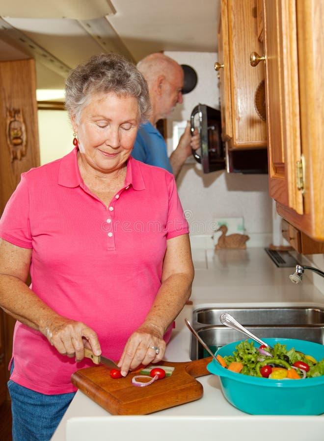 Ältere RV - Kochen lizenzfreie stockbilder