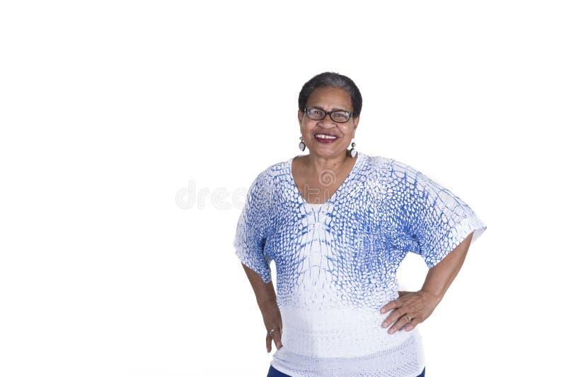 Ältere schwarze Frau auf Weiß stockbilder