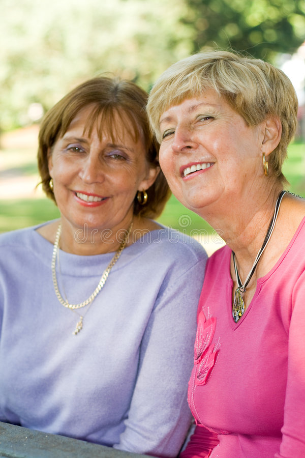 Ältere Schwestern u. Freunde stockfotos