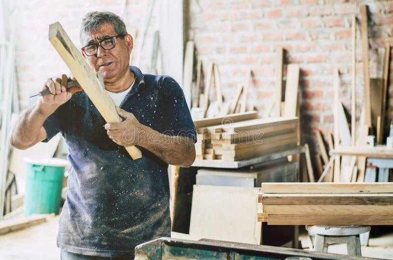 Ältere Tischlerprüfung und hölzerne Planke der Maße stockbild