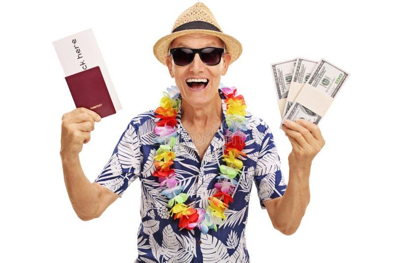 Ältere Touristenholdingstapel Geld lizenzfreie stockfotos