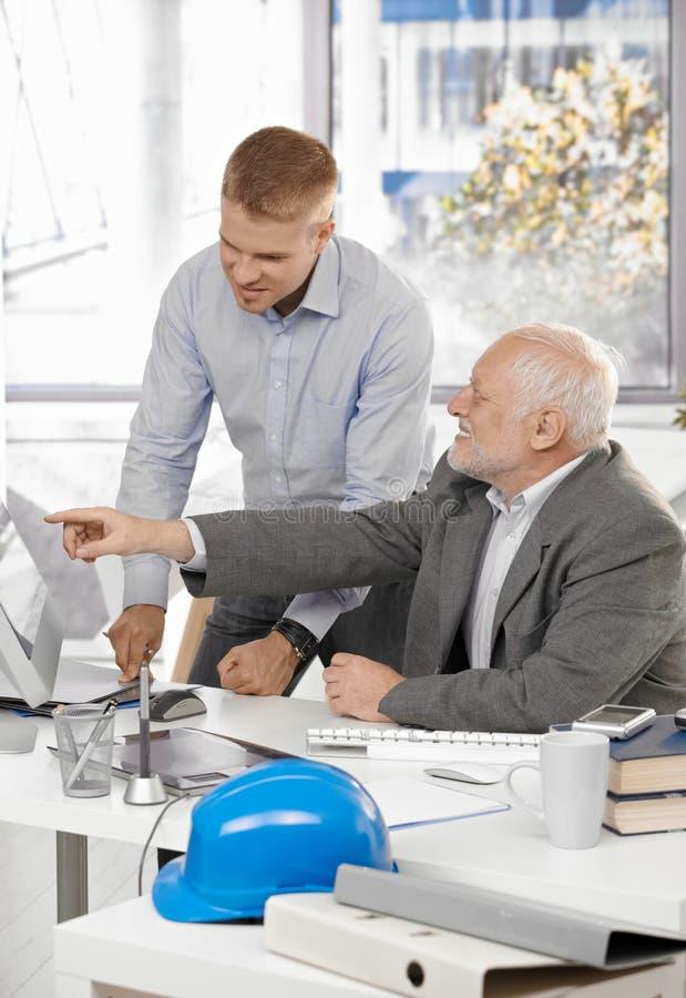 Ältere und Juniorentwerfer im Büro stockfotos