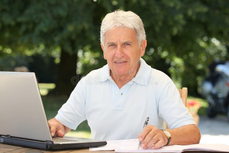 Ältere und Technologie lizenzfreie stockfotos
