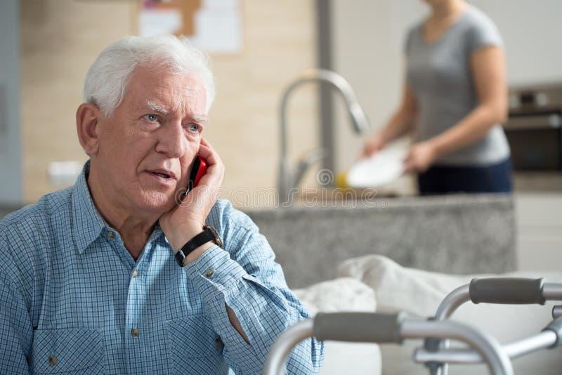 Ältere Unterhaltung am Telefon stockbild
