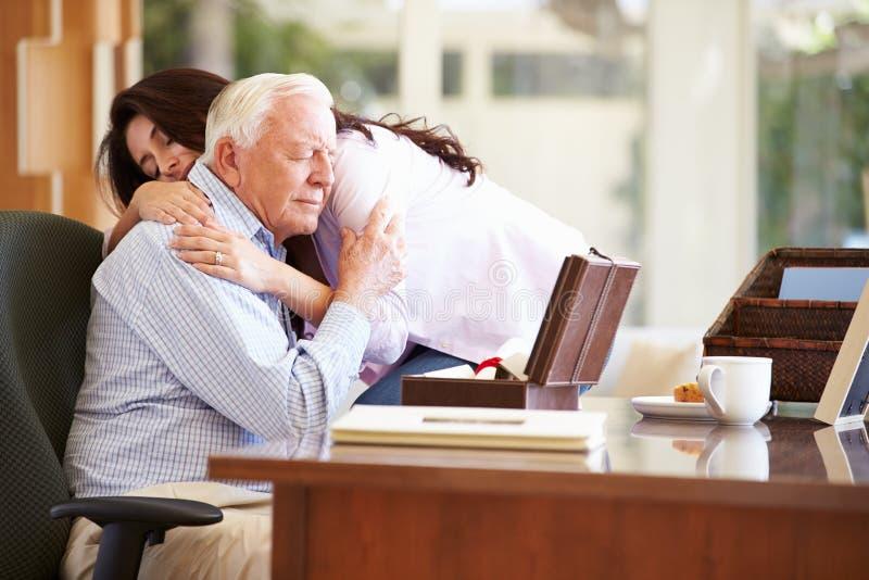 Ältere Vater-Being Comforted By-Erwachsen-Tochter stockbilder