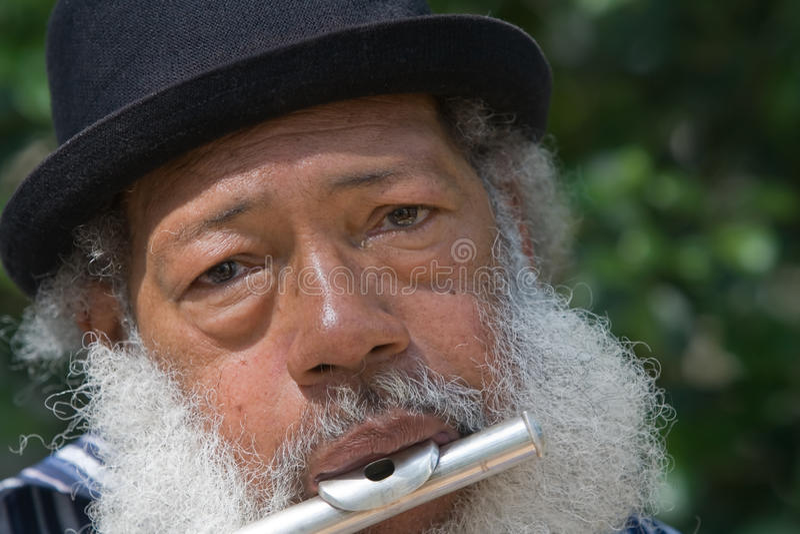 Älterer Afroamerikaner-Mann, der Flöte spielt lizenzfreies stockfoto