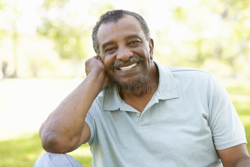 Älterer Afroamerikaner-Mann im Park stockbild