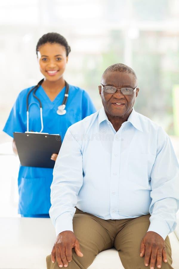 Älterer afroer-amerikanisch Patient lizenzfreies stockbild