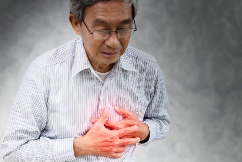 Älterer Anschlagherzinfarkt schmerzlich am Kasten lizenzfreie stockfotos