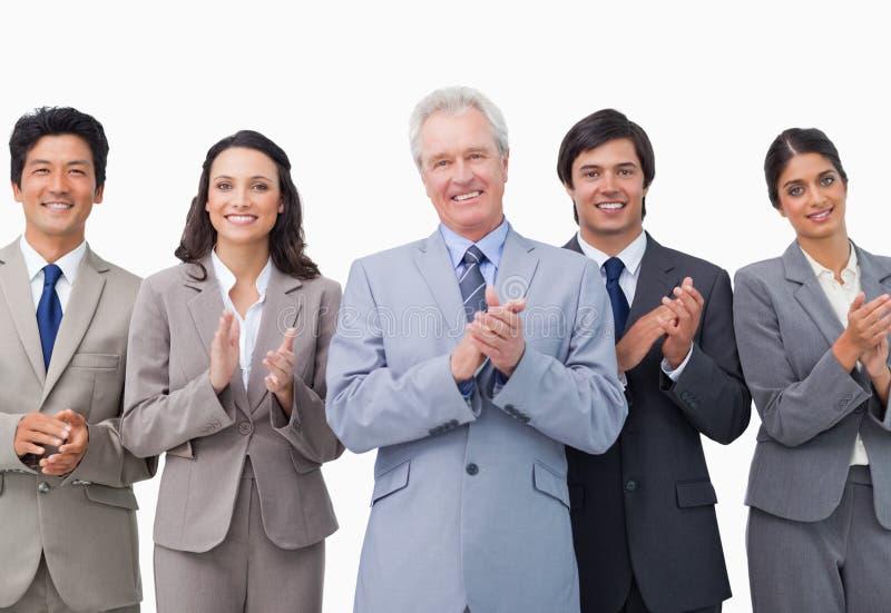 Älterer applaudierendes Geschäftsmann und sein Team stockfotos