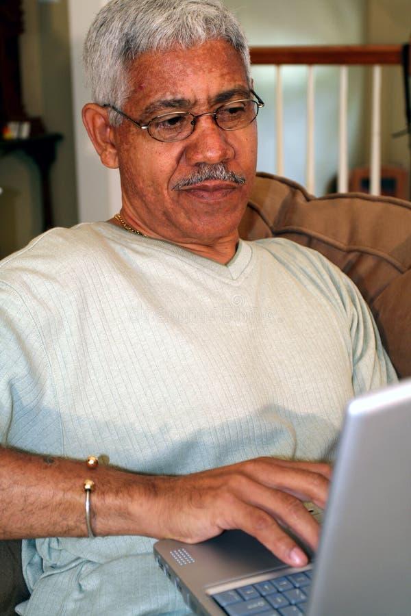 Älterer auf Computer stockfotografie