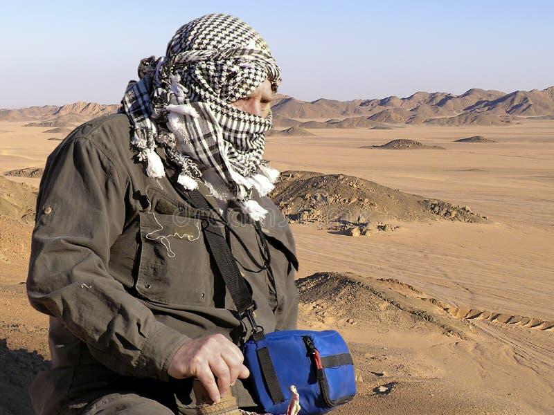 Älterer auf Sahara-Sanddünen stockbild