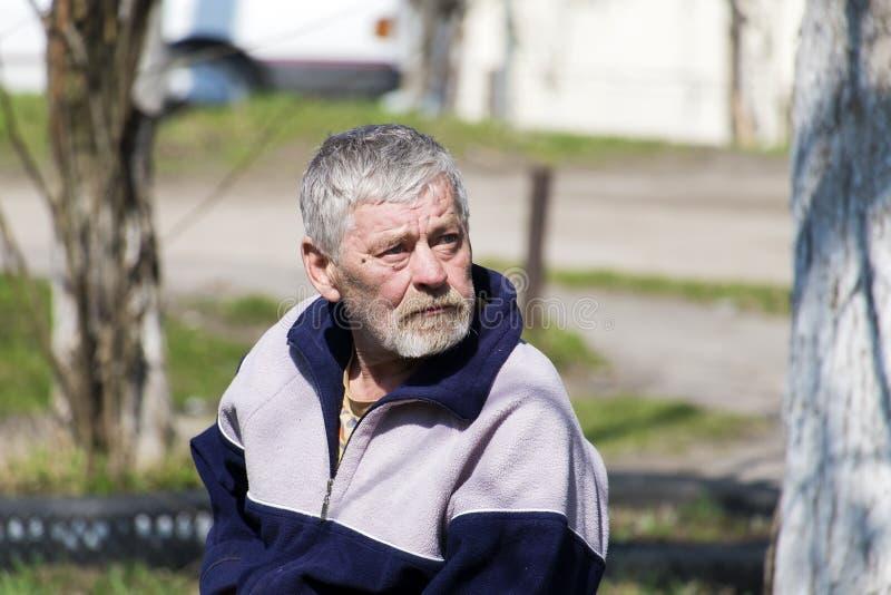 Älterer bärtiger Mann mit Traurigkeit in seinen Augen schaut oben lizenzfreies stockfoto