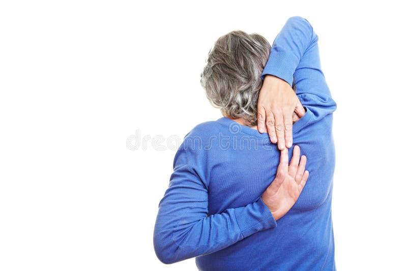 Älterer Bürger, der ihre Arme ausdehnt lizenzfreies stockfoto