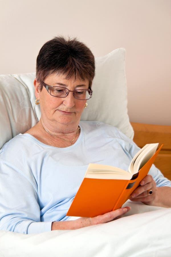 Älterer Bürger in einem Ruhesitz lizenzfreie stockbilder