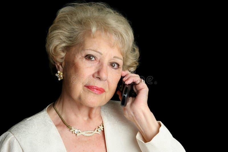 Älterer beim ernsten Telefon-Aufruf lizenzfreie stockfotografie