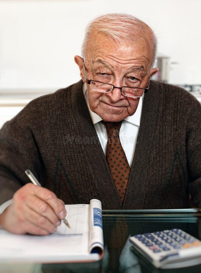 Älterer berechnen seine Unkosten stockfoto