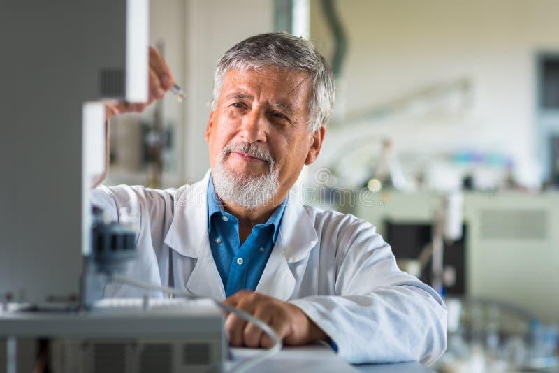 Älterer Chemieprofessor/-doktor in einem Labor stockfotos