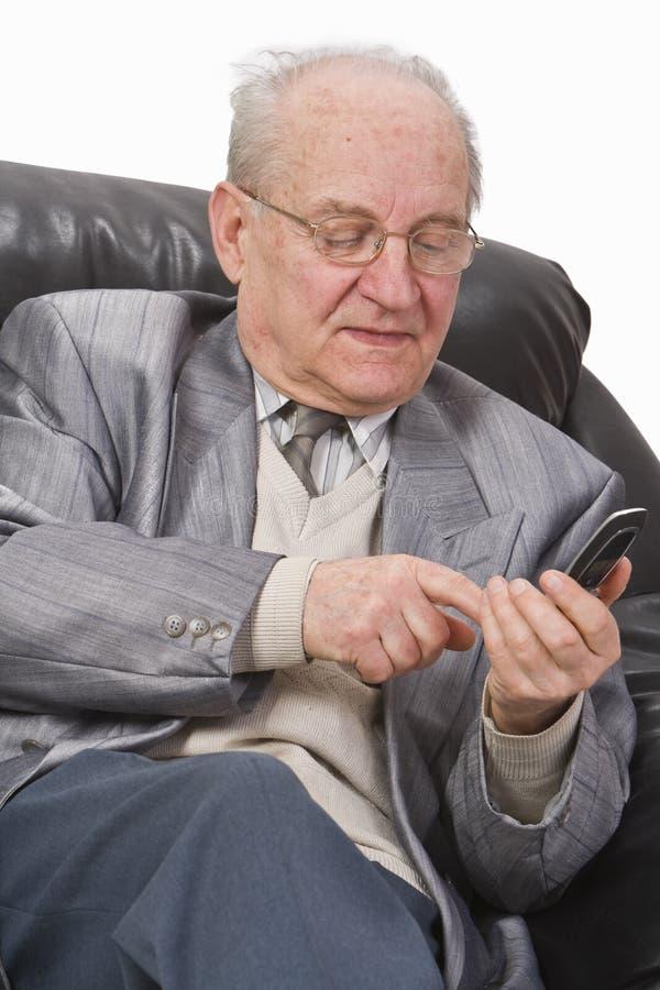 Älterer, der einen Handy verwendet lizenzfreies stockfoto