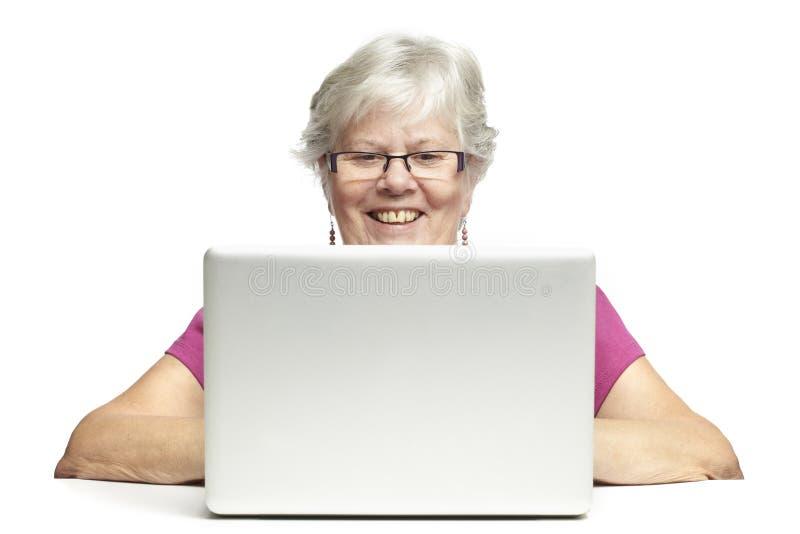 Älterer, der Laptop verwendet lizenzfreie stockfotos