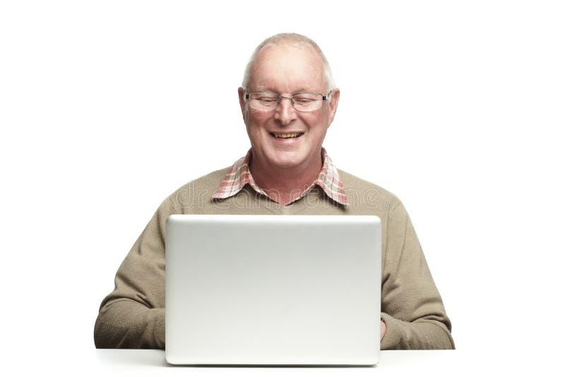 Älterer, der Laptop verwendet stockfotos