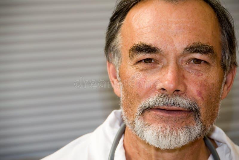 Älterer Doktor stockbild