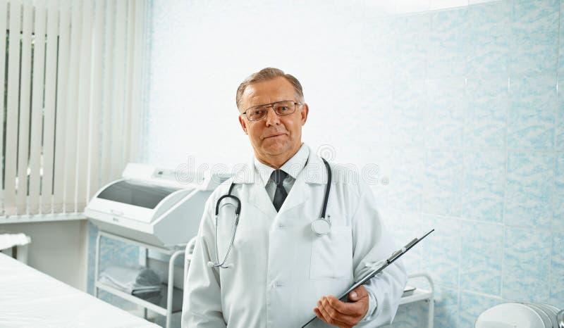 Älterer Doktor im Krankenhaus stockbild