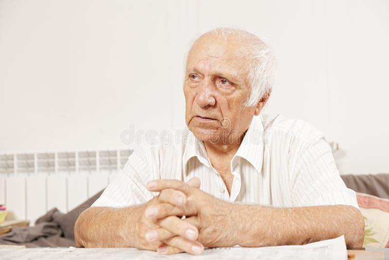 Älterer ernster Mann im weißen Hemd lizenzfreies stockbild