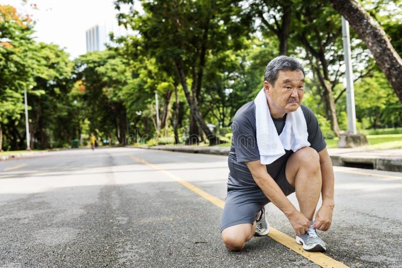 Älterer Erwachsen-rüttelndes laufendes Übungs-Sport-Tätigkeits-Konzept lizenzfreie stockfotografie