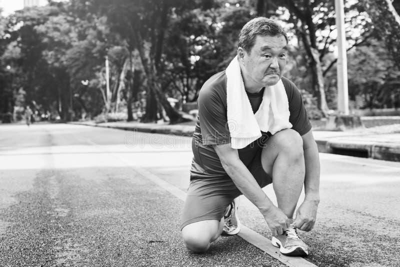 Älterer Erwachsen-rüttelndes laufendes Übungs-Sport-Tätigkeits-Konzept lizenzfreies stockbild