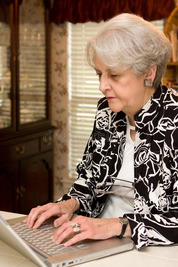 Älterer Erwachsener, der zu Hause arbeitet stockfotos