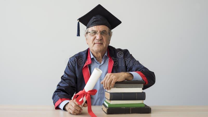 Älterer erwachsener Mann in der Kappe stockfoto