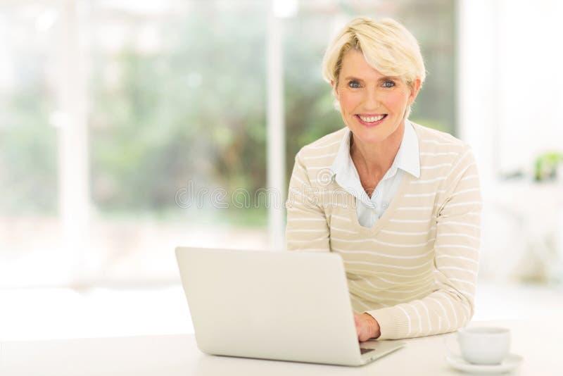 Älterer Frauencomputer lizenzfreie stockfotografie