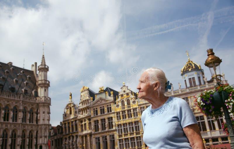 Älterer Frauendamentourist in Brüssel stockbilder
