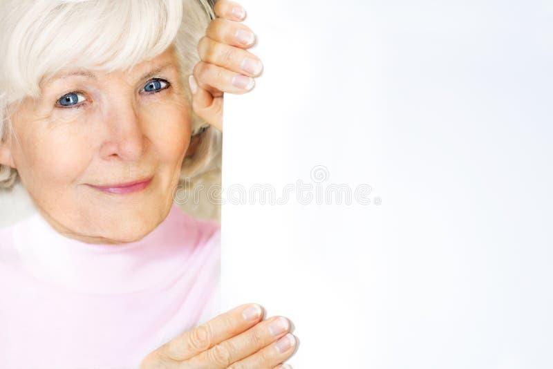Älterer Frauenholdingvorstand lizenzfreie stockbilder