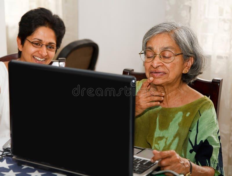 Älterer Frauenlaptop stockfotografie
