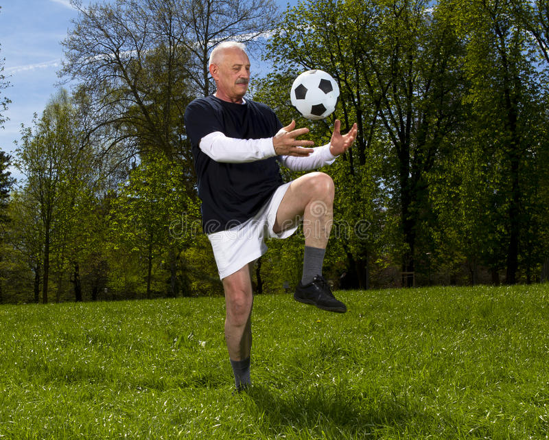 Älterer Fußballspieler lizenzfreies stockbild