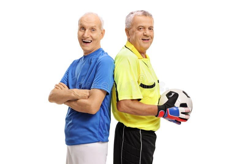 Älterer Fußballspieler und ein Torhüter mit einem Fußball lizenzfreie stockfotografie