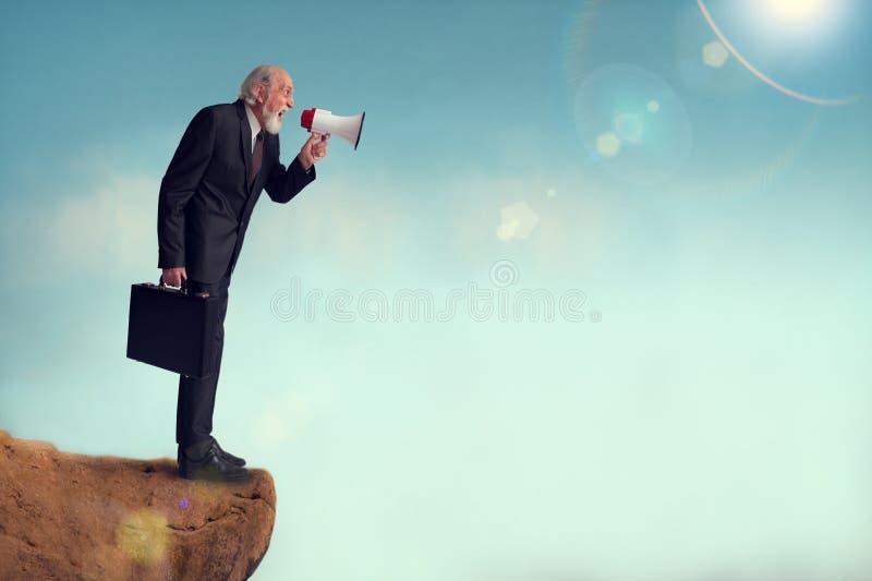 Älterer Geschäftsmann, der durch ein Megafon schreit lizenzfreie stockbilder