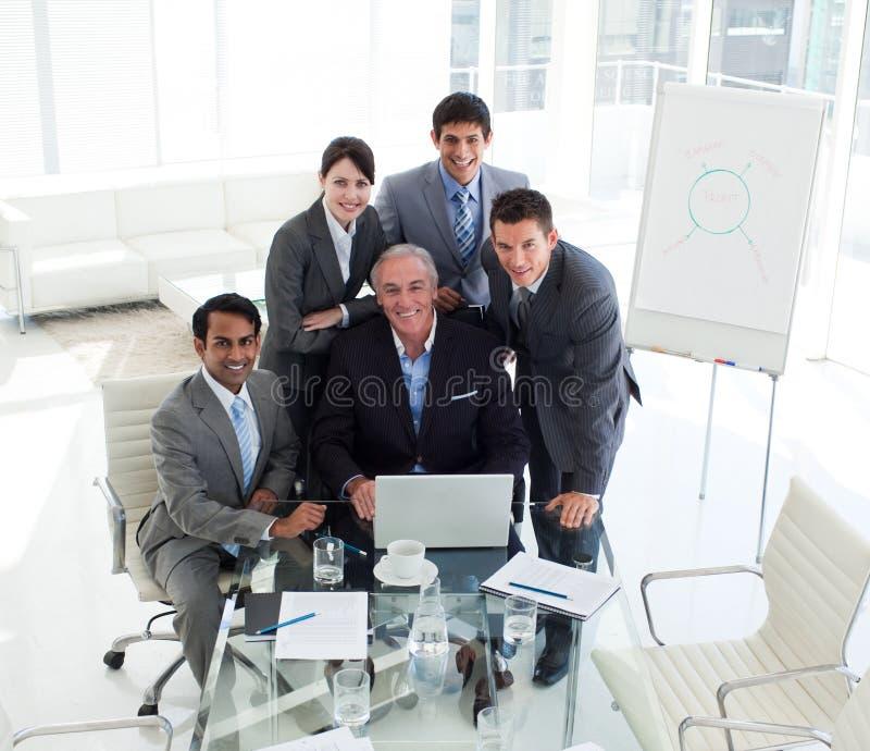 Älterer Geschäftsmann, der an einem Computer arbeitet lizenzfreies stockfoto